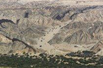 Vista aérea das montanhas rochosas na luz solar — Fotografia de Stock