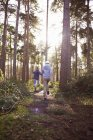 Fratelli gemelli racing attraverso boschi — Foto stock