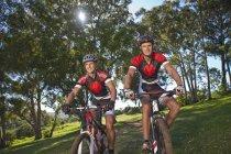 Велосипедистов велосипеде в парке — стоковое фото