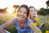 Портрет девушки, сидящей в поле, и один пузырь — стоковое фото