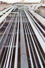 Vista de ángulo alto de infraestructura de la refinería de petróleo - foto de stock