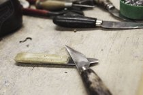 Close-up de facas na bancada na oficina de fabricantes de calçados — Fotografia de Stock