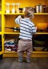 Rückansicht des männlichen Kleinkind mit Topf Deckel in Küche — Stockfoto