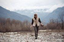 Uomo medio adulto che raccoglie legna da ardere — Foto stock