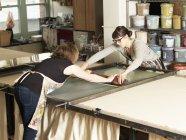 Textile de main-impression de femmes en atelier — Photo de stock