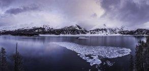 Herrliche Sicht auf See Silsersee, Malojapass, Graubünden, Schweiz — Stockfoto