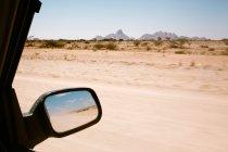 Blick auf trockene Namib Landschaft vom Autofenster und Reflexion im Spiegel — Stockfoto