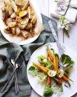 Vista superiore di patate, carote e brussel germogli per la cena di Natale — Foto stock