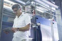 Ingenieur nutzt digitales Tablet im Kraftwerk — Stockfoto