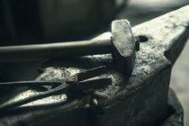 Close up of Anvil, hammer, tong — Stock Photo