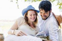 Романтична пара читання Путівника в сафарі Lodge — стокове фото