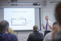 Professor que se dirige ao público na palestra do seminário — Fotografia de Stock