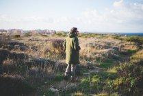 Mid adult man strolling towards coast, Sorso, Sassari, Sardinia, Italy — стоковое фото