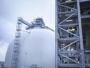 Travailleurs à l'installation de biomasse, vue à faible angle — Photo de stock