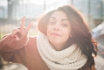 Портрет молодої жінки, що робить світ увійти в парку — стокове фото