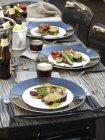 Teile von Rindfleisch mit gegrilltem Salat auf Woode Tisch — Stockfoto