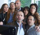 Група ділових людей, які приймають селфі в офісі — стокове фото