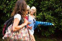 Maturo madre e due figlie chiacchierare e camminare — Foto stock