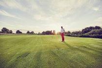 Golfeur sur le parcours, Korschenbroich, Düsseldorf, Allemagne — Photo de stock