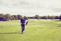 Golfista camminare sul corso, Korschenbroich, Dusseldorf, Germania — Foto stock