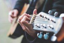 Teilsicht auf Musiker, der Gitarre spielt — Stockfoto