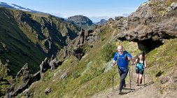 Couple hiking up to Fimmvordurhals Pass above Thorsmork Valley, Thorsmork, South Iceland, Iceland — Stock Photo