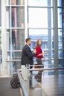 Взрослая деловая женщина и коллега на пешеходной дорожке конференц-центра — стоковое фото