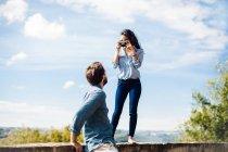 Junge Frau fotografieren Freund von Wand in Florenz, Italien — Stockfoto