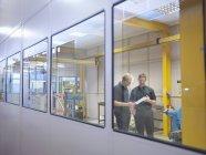 Ingenieure im Gespräch im Fabrikbüro — Stockfoto