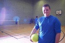 Giocatore di calcio indoor in impianto sportivo, ritratto — Foto stock
