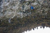 Низким углом зрения скалолаз на холме Луны, Yangshuo, Гуанси-Чжуанском, Китай — стоковое фото