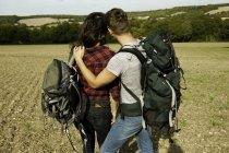 Задній вид на романтичну Янг, похід пара в поле, великий Missenden, Бакінгемшир, Великобританії — стокове фото