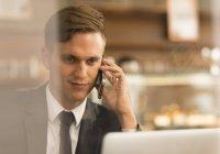 Homme d'affaires travaillant sur un ordinateur portable dans un café — Photo de stock