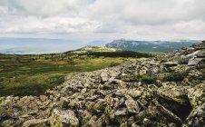 Rückansicht des Frau Wandern allein in rauen Landschaft, Uralgebirge, Russland — Stockfoto
