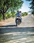 MID дорослий пара їзда мотоцикл на сільській дорозі, Кальярі, Сардинія, Італія — стокове фото