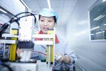 Работница фабрики электронных сигарет, Гуандун, Китай — стоковое фото