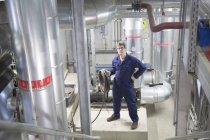 Портрет инженера-мужчины на электростанции — стоковое фото