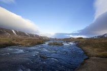 Brynjudalsa річка та пагорбів під Синє небо, Ісландія — стокове фото