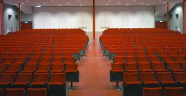 Rows of red chairs in empty auditorium — Stock Photo
