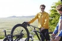 Vorderansicht des Fahrers mit dem Fahrrad — Stockfoto