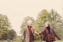 Coppie che tengono insieme le mani nel giardino — Foto stock