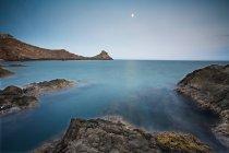 Ancora acqua sulla spiaggia rocciosa — Foto stock
