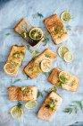Vue de dessus des filets de saumon aux tranches de citron — Photo de stock