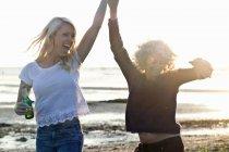 Madre e figlia che ballano sulla spiaggia di Bournemouth, Dorset, Regno Unito — Foto stock