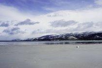 Lake Tahoe und Berge unter bewölktem Himmel im winter — Stockfoto