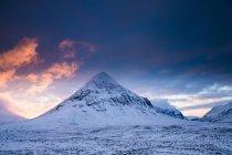 Montanhas rochosas na paisagem de neve — Fotografia de Stock