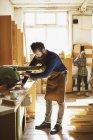 Metà artigiano adulto utilizzando macchinari in officina organo — Foto stock
