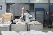 Homem que trabalha na lavandaria — Fotografia de Stock
