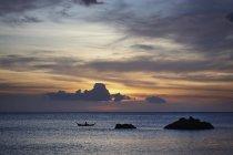 Coucher de soleil silhouette de rochers de mer et bateau, Koh Lanta, Thaïlande — Photo de stock