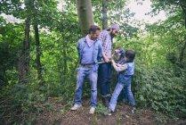 Двоє чоловіків, захоплених хлопцями в лісі. — стокове фото